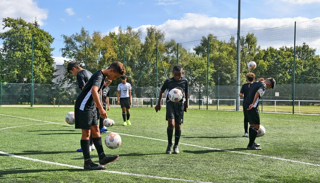 jongle controle de balle terrain de foot