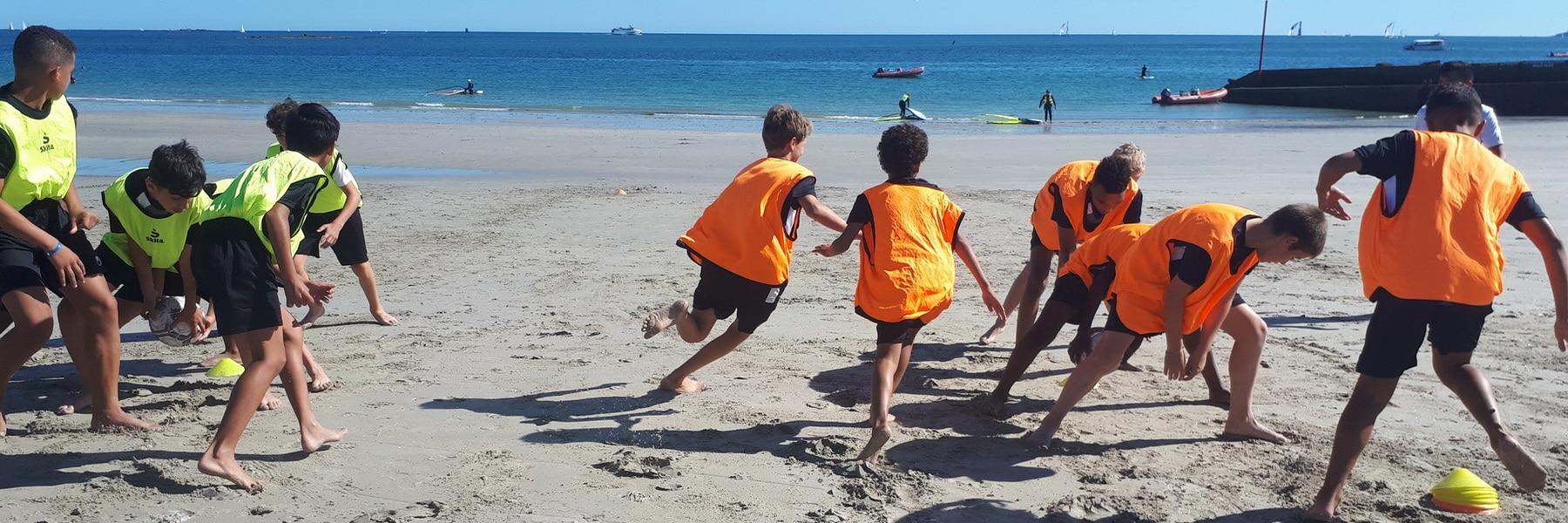 Jeunes stagiaires beach soccer bretagne plage